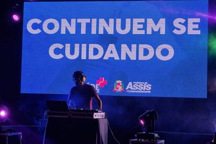 """DJ toca na """"Vacina Fest"""", evento realizado pela prefeitura de Assis Foto: Facebook/Prefeitura de Assis"""