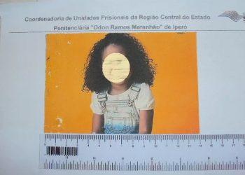 Foto de criança impressa com droga